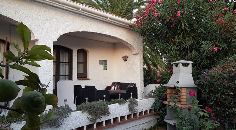 Trädgårdens andra del med soffgrupp och grill i solnedgången!