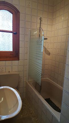 Badrummet med badkar och duschvägg!