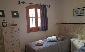 Sovrum 2 med två enkelsängar som kan ställas tillsammans för att få en dubbelsäng! Inbyggd garderob.
