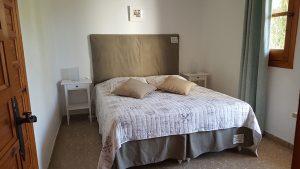 Sovrum 1 med dubbelsäng, utgång till terrassen och inbyggd garderob.