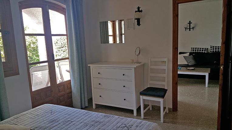 Sovrum 1 med byrå och utgång till terrassen