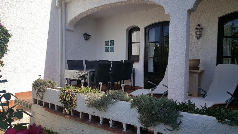 Terrassen under tak med matgrupp med plats för sex personer!