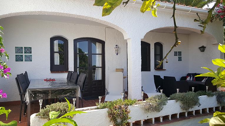 Terrassen med matgrupp, solsängar och soffgrupp!