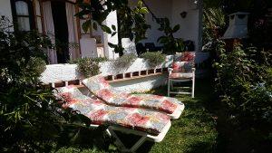 Trädgårdens andra del med solsängar!