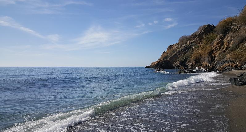 Den vackra stranden i Maro, 3 km från Nerja, i januari!