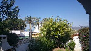 Havsutsikt och det ljuvliga citronträdet med bergen som fondvägg!