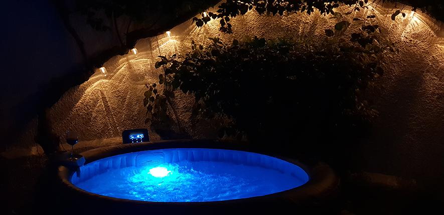 Mycket stämningsfullt att bada spa-bad på kvällen med belysning utmed bouganvilla-stammen!