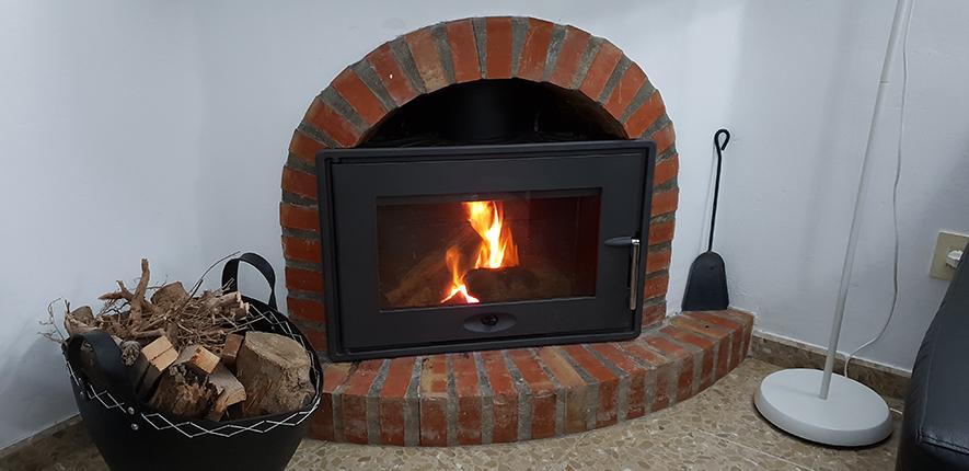 Kamin-insats i öppna spisen ger hög mysfaktor och härlig värme under den kallare årstiden!