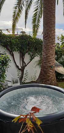 Härligt spa-bad för upp till sex personer under palmen!