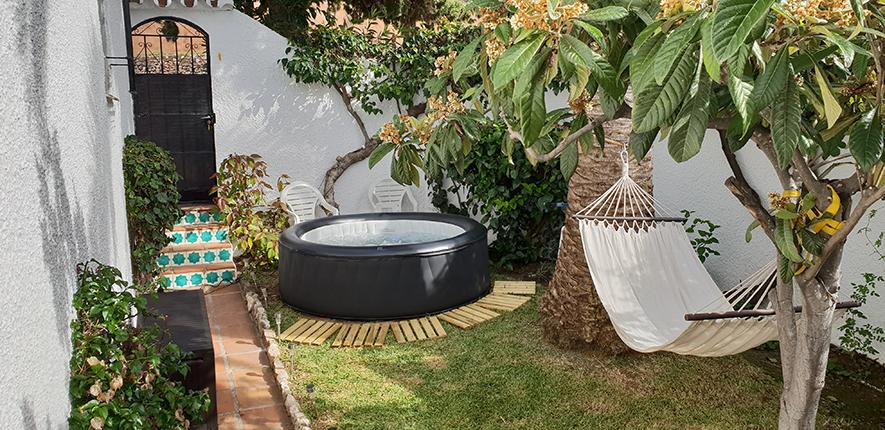 Trädgårdens första del med härligt avkopplande spa-bad och hängmatta mellan palmen och nispero-trädet!