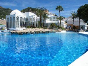 Nerjas vackraste och ett av de största poolområdena, 30 meter från huset!
