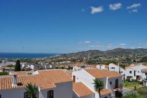 Fantastisk utsikt från poolområdet över bergen och havet!